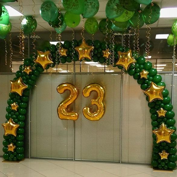 Арка на входе со звездам и камуфляжные шары под потолок