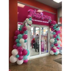 Арка из разнокалиберных шаров на открытие магазина